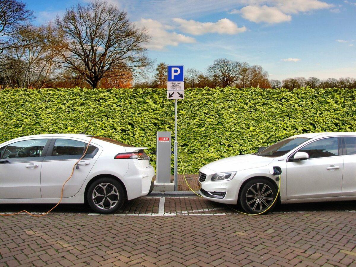 Zwei Elektroautos an einer Ladesäule