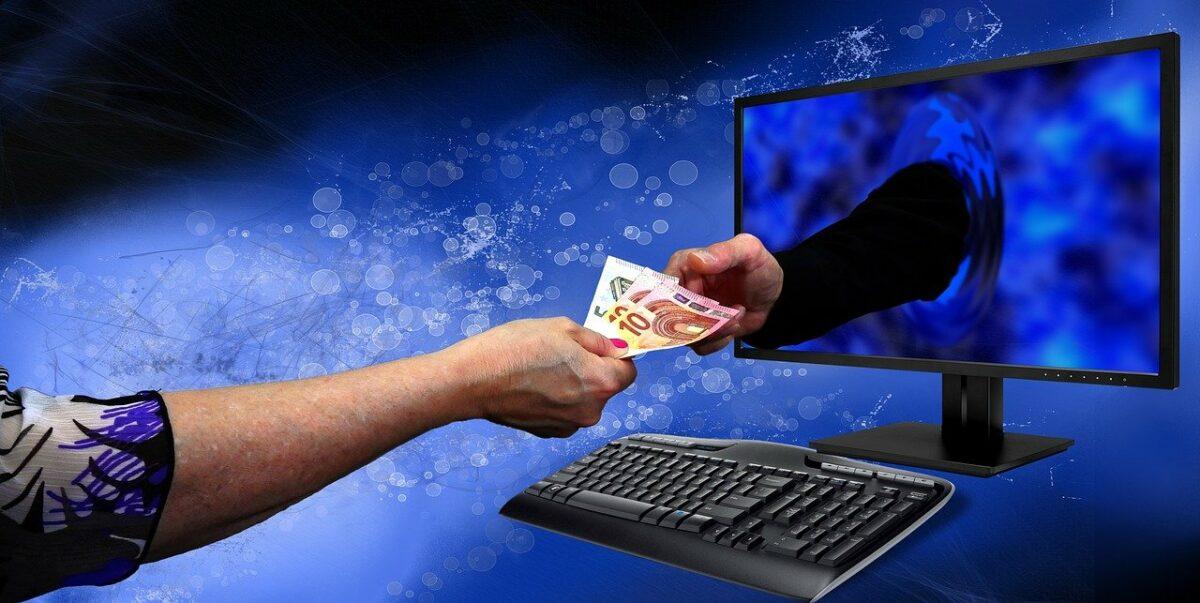 Geld durch einen Bildschirm reichen