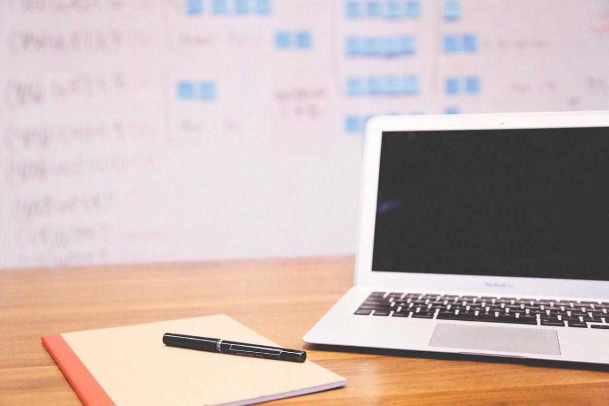 Schreibtisch und Laptop