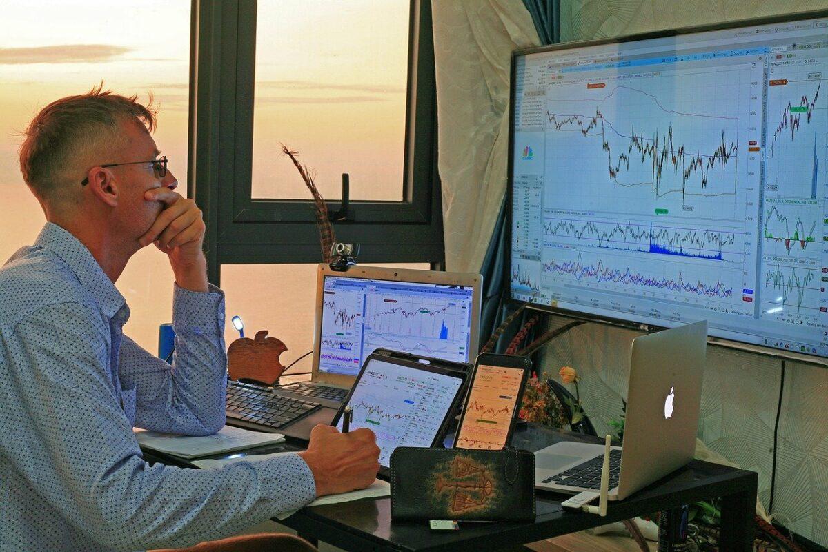 Händler vor seinen Monitoren