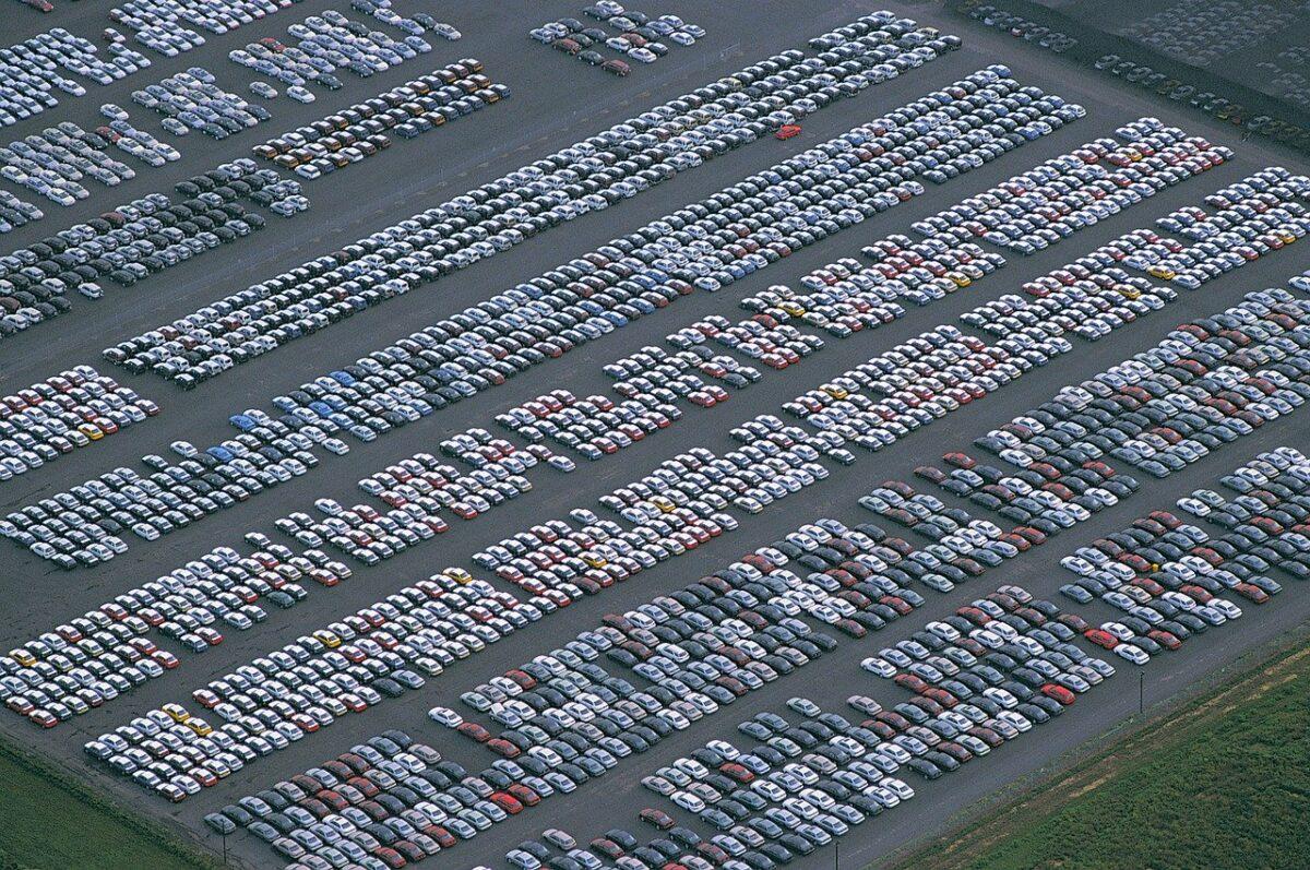 Autoproduktion mit Massenparkplatz hergesteller Autos