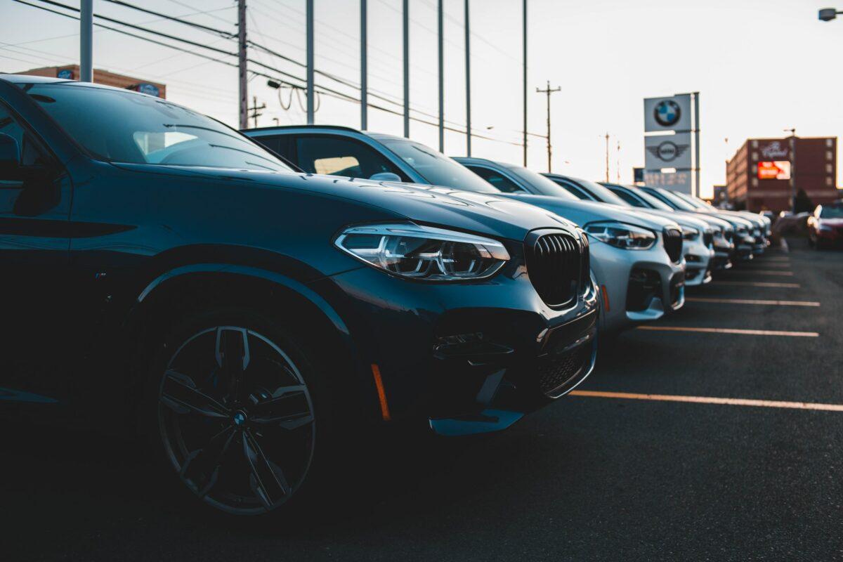 Autos auf Verkaufsfläche bei einem Autohändler