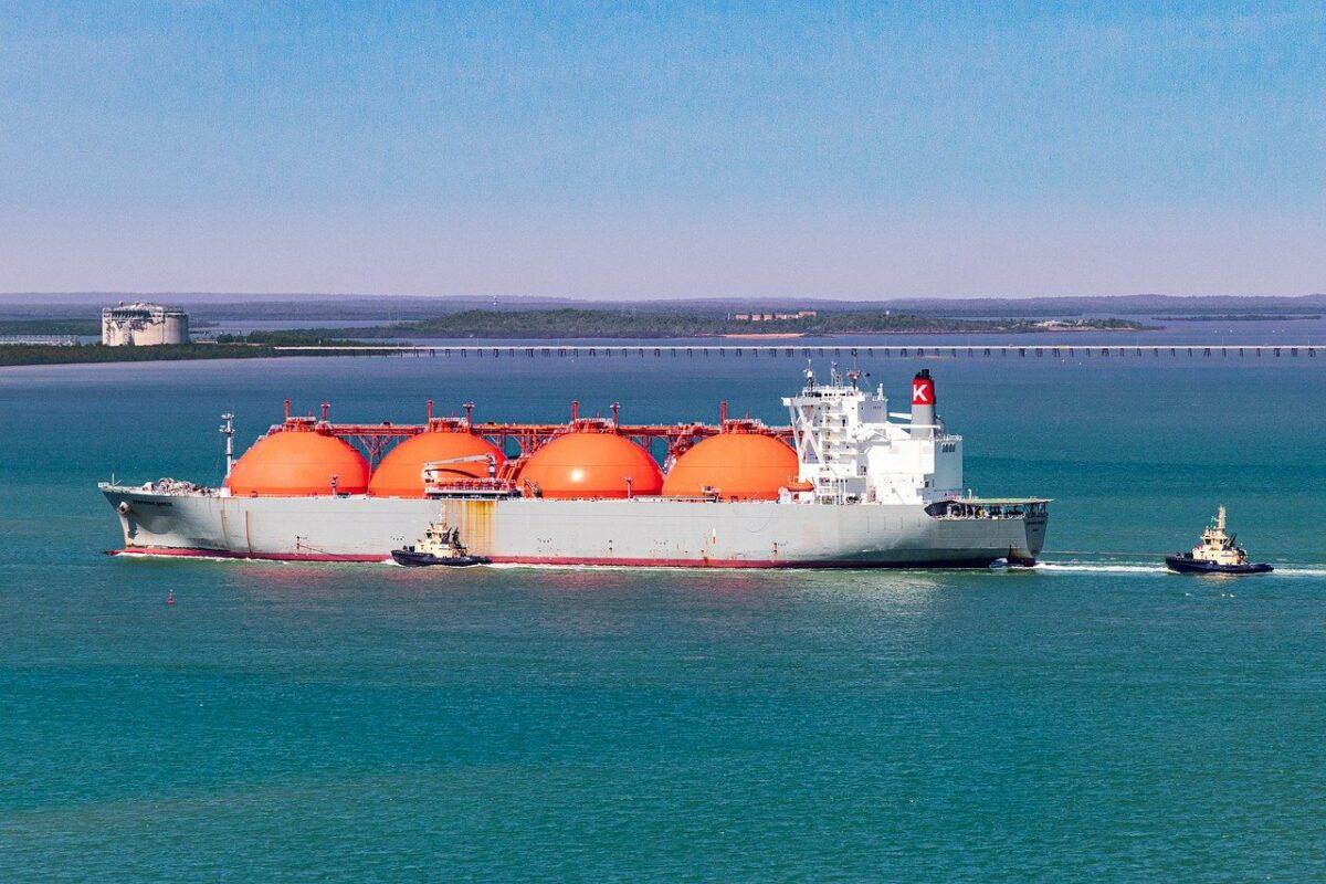 Ein Tanker transportiert Gas