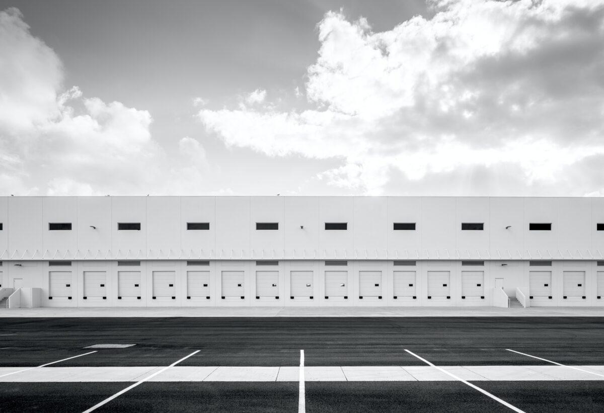 Leerer Parkplatz vor Logistikzentrum