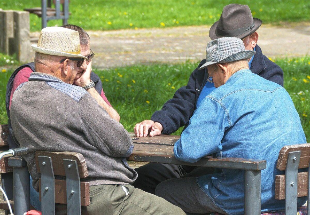 Rentner an einem Tisch