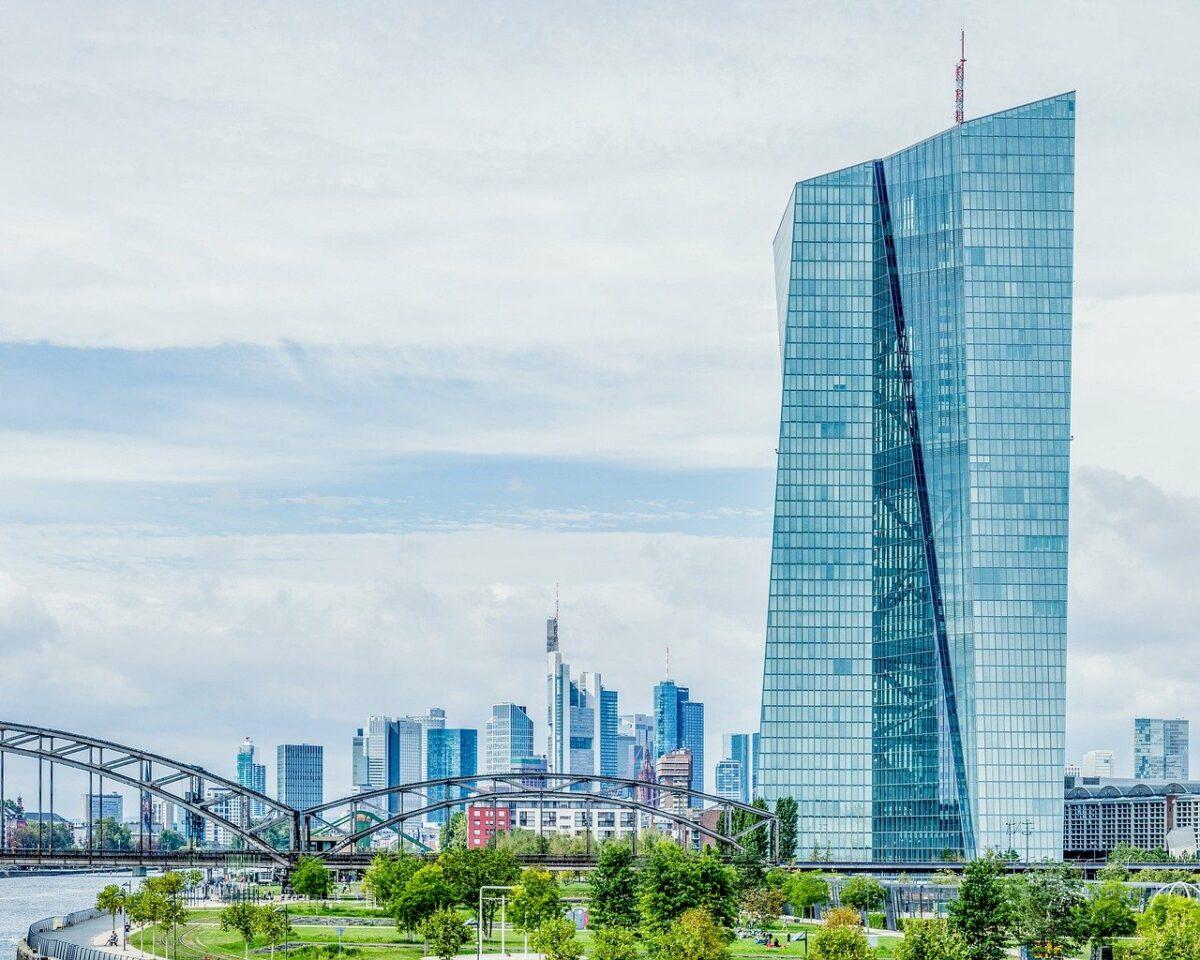 Blick auf den EZB Tower in Frankfurt mit Innenstadt im Hintergrund
